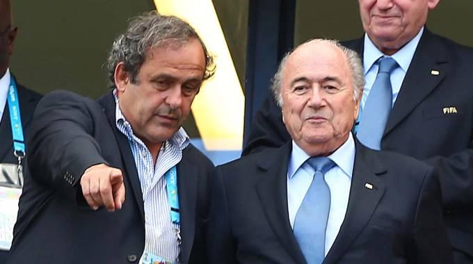 """Caos Fifa, Blatter assediato: """"Resto"""". Platini: """"Va cacciato"""". Sì di Tavecchio"""