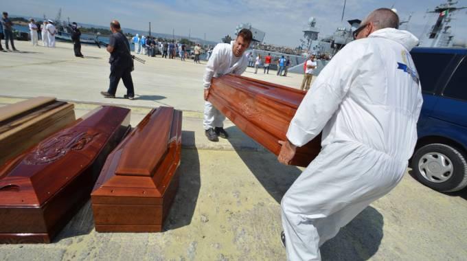 Le 17 salme dei migranti morti arrivate ad Augusta (LaPresse)
