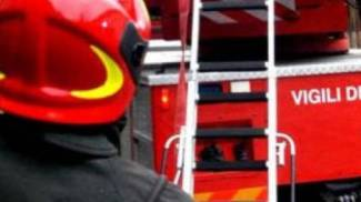 Cade dall'olivo, servono i vigili del fuoco per portarlo in ospedale