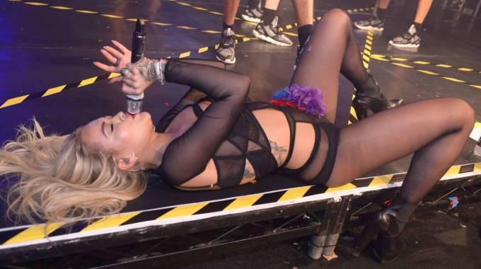 Rita Ora scandalosa sul palco