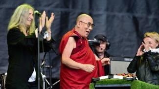 Il Dalai Lama sul palco di Glastonbury, la folla canta 'Happy Birthday' / VIDEO