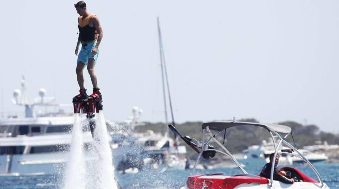 Il calciatore Lewandoski fa flyboard nelle acque di Ibiza