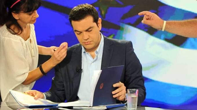 """Grecia, Juncker-Tsipras: ora si tratta. """"Premier pronto a volare a Bruxelles"""". Ma Berlino frena: """"Troppo tardi"""""""
