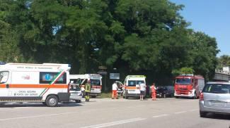 Tre veicoli coinvolti in un incidente: quattro feriti, grave una donna