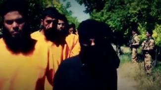 Miliziani Isis giustiziati dai ribelli islamisti: boia in arancione, vittime in nero
