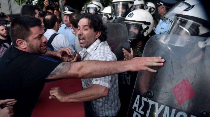 """Grecia, referendum: sarà testa a testa. Junker: """"Negoziato difficile in ogni caso"""". Scarseggiano carne e medicine"""