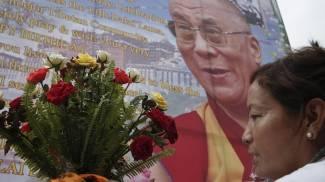 Il Dalai Lama compie 80 anni: auguri al simbolo di pace dall'ironica saggezza