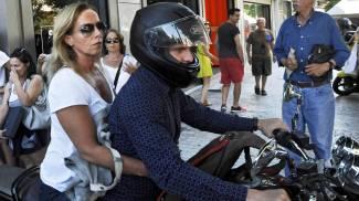 "Varoufakis assalito dai giornalisti, cade motorino. Lui: ""E' giungla"""