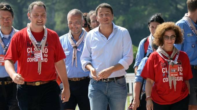 Il premier Matteo Renzi in visita alla Route nazionale degli Scout Agesci a San Rossore (Ansa)