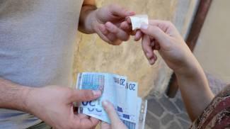 Recupera droga da cassonetto e la nasconde nelle mutande: smascherato spacciatore