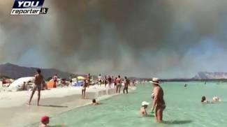 Sardegna, Gallura in fiamme. Hotel e case evacuati, paura in spiaggia / VIDEO