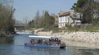 Il battello che accoglie i turisti e li porta alla scoperta del percorso lungo il fiume nel Lodigiano (Cavalleri)