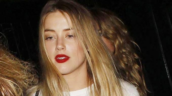 Amber Heard esce con le amiche: già in crisi col neo-marito Johnny Depp?