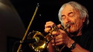 Domenica concerto jazz sul cratere del Vesuvio. La tromba di Enrico Rava in cima al vulcano
