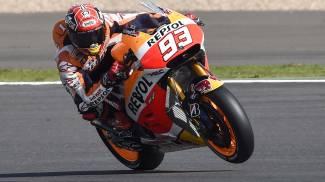 MotoGP, pole con record di Marquez a Silverstone, secondo Lorenzo, quarto Valentino Rossi