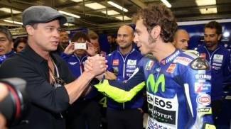 Moto Gp, Brad Pitt e Vale: baci e abbracci a Silverstone