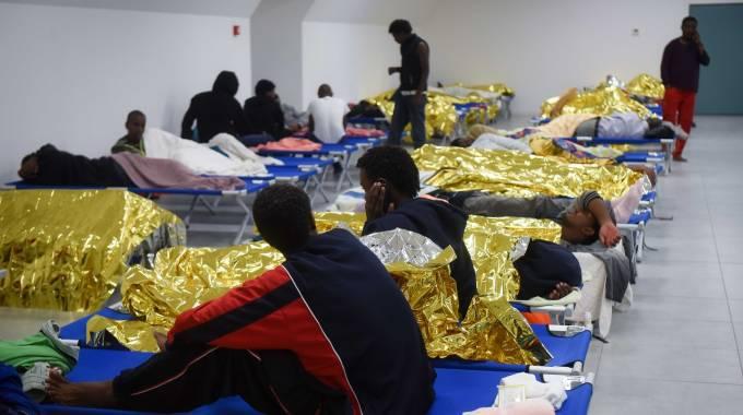 Varese, migranti si barricano nel centro accoglienza