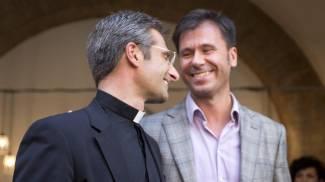 """Il monsignore: """"Amo quest'uomo"""". La rivelazione scuote il Sinodo"""