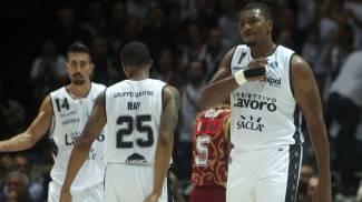Basket, colpo Caserta a Varese. Bologna sorprende Venezia. Sassari ok al supplementare