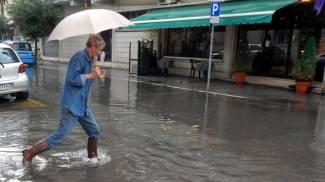 Nubifragio su Viareggio: viabilità in tilt, strade e scantinati allagati