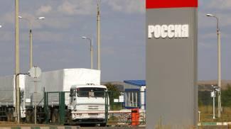 Il convoglio in attesa dell'ingresso alla frontiera vicino a Donetsk (Ansa)