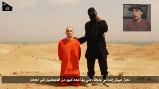 James Foley nel video dell'Isis. Nel riquadro il dj inglese sospettato di essere John (combo)