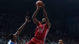Basket, Milano vince a Cantù e va sola in testa