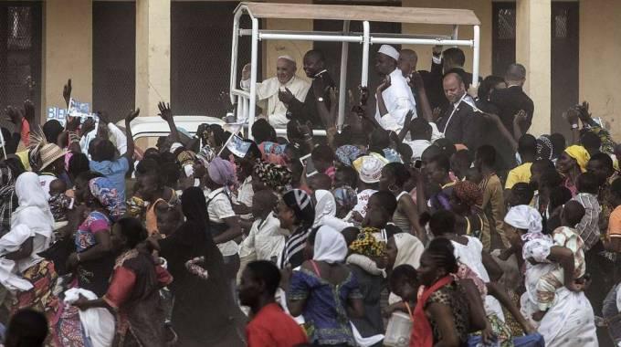 """Papa in Africa, visita a una moschea. """"Siamo fratelli, basta violenze"""""""