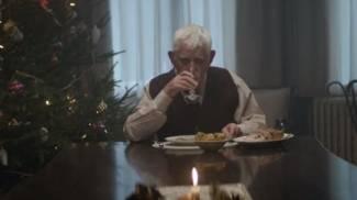 Nonno si finge morto per riunire la famiglia a Natale. Ecco lo spot che ha commosso il web