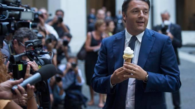Renzi mangia un gelato nel cortile di Palazzo Chigi (Lapresse)
