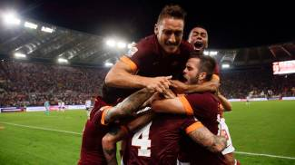 L'abbraccio tra i giocatori della Roma (Reuters)