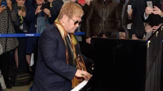 Elton John a sorpresa suona il pianoforte nella metro di Londra / VIDEO
