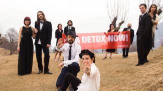 "Attivisti Greenpeace in montagna nudi o in maschera per dire ""no"" al Pfc"