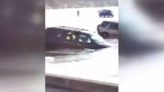 Parcheggiare sul ghiaccio non è una buona idea: ecco cosa succede