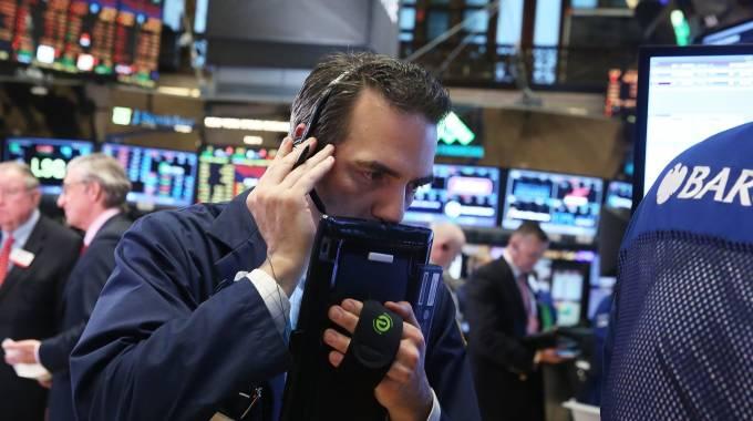 Borsa, lunedì nero. Schizza lo spread. Timori su crescita, affonda Wall Street.  FOCUS / Perché Milano è crollata