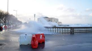 Vento forte e grandine, il maltempo si abbatte sulla Toscana. Fermi i traghetti / VIDEO