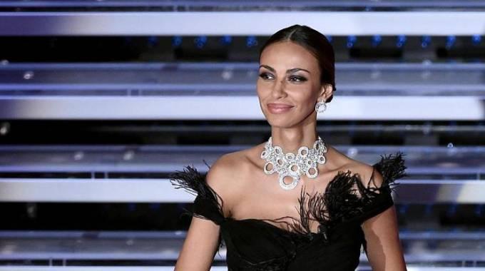 Sanremo, dall'animalier alle piume: i look della prima serata di Madalina Ghenea