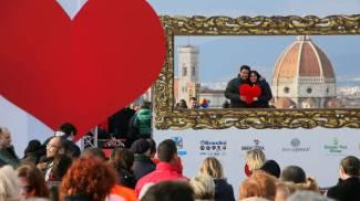 San Valentino e il bacio collettivo, che festa per il nuovo piazzale Michelangelo / VIDEO