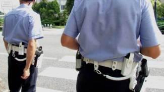 Strada allagata ma pretende di passare: picchia il vigile a colpi di casco