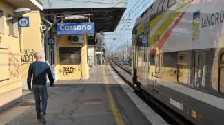 Sul treno senza biglietto spintona guardia giurata e lancia sasso contro finestrino