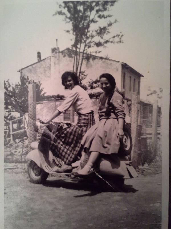 Mia madre nel 1960 con un'amica (Maria Cristina Gennari, Grosseto)