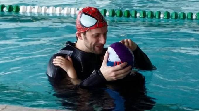 Abbracciata collettiva trenta ore in piscina a nuotare for Piscina hidron