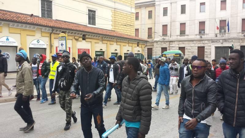 Ancona le foto della manifestazione dei migranti ancona for Questura di ancona permesso di soggiorno