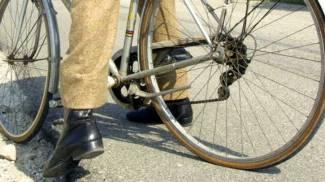 Si rompe il manubrio della bici e viene trafitto, grave un insegnante