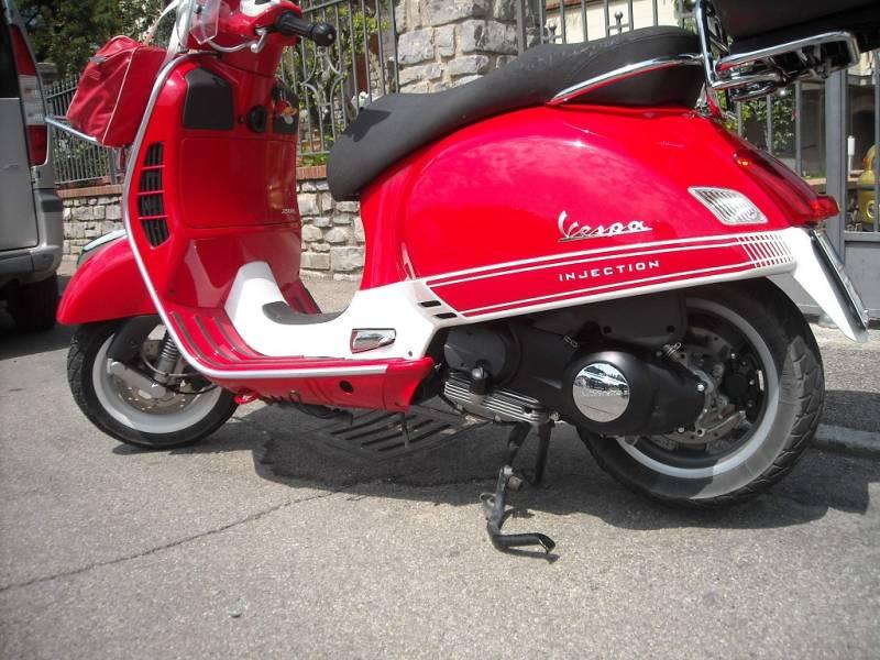 Una Vespa 250 rossa (Pier Luigi Tenti, Arezzo)
