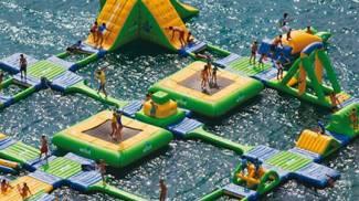 Parco giochi galleggiante per tuffarsi in mezzo al mare