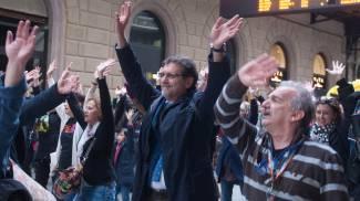 Merola balla scatenato al flash mob, foto e video