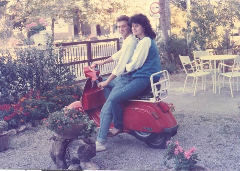 A Monteroni d'Arbia (Siena) anno 1983, mio figlio a 14 anni con la sorella sulla Vespa 50