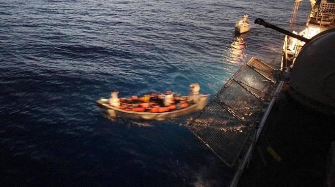 Migranti soccorsi in mare (Ansa)
