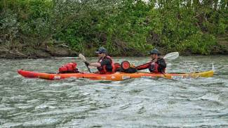 In kayak lungo il Po per i bimbi senegalesi